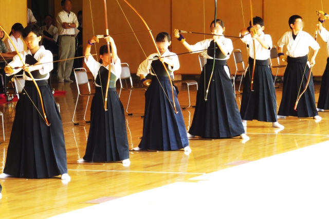 弓返り習得方法。弓返りは離れの勢いと弓の持ち方が大切なポイント。