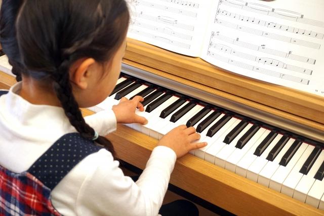 ピアノを始めるのは何歳から?幼少期から習わせるメリットは多い!