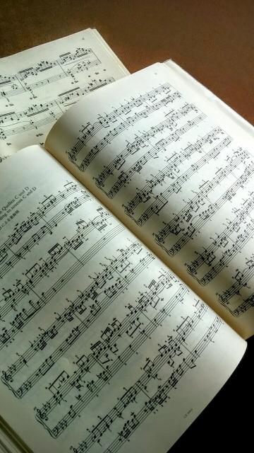 ピアノ初心者が楽譜を選ぶ時のポイントとおすすめの楽譜の種類を解説。