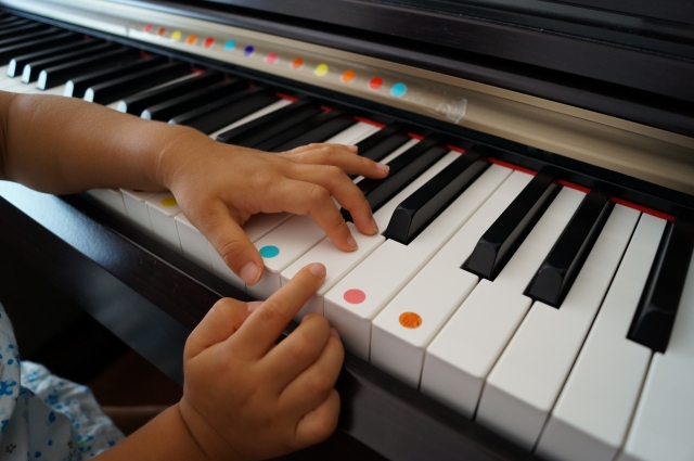 5歳からピアノを始めるメリットとは?5歳児に適した楽譜も紹介。