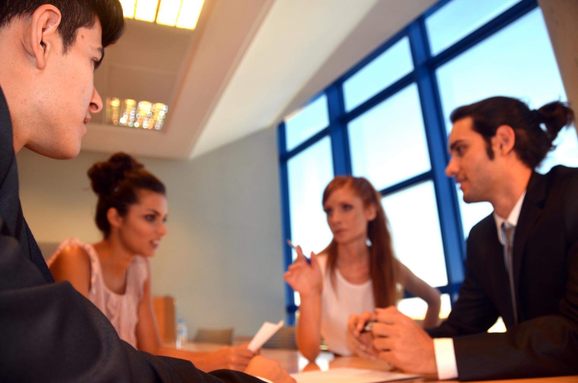 職場の人との適切な距離感とは?人間関係をスムーズにする方法!