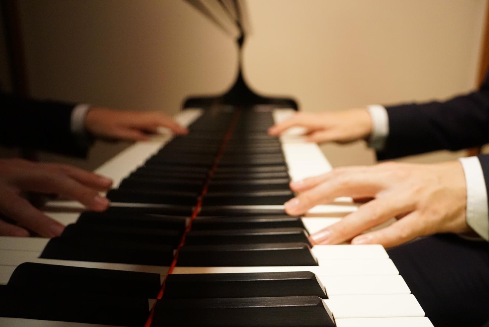 お辞儀の時に弾くピアノの和音とコード。その音の効果とは?